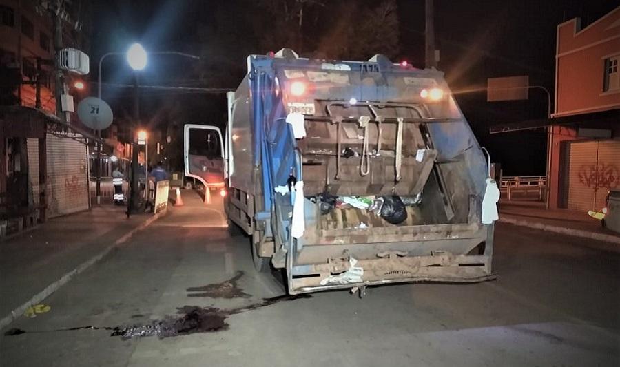 Trabalhador cai de caminhão de lixo e é atropelado pela roda traseira